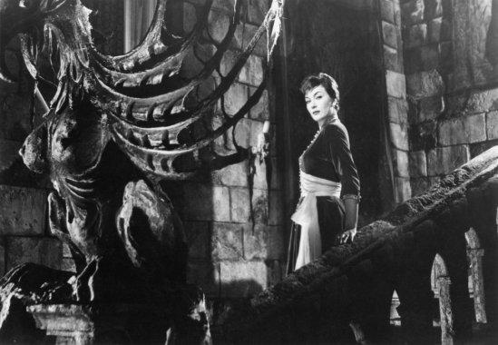 Vampiri-i-1956-gianna-maria-canale-on-staircase